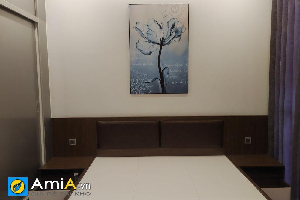 Hình ảnh thực tế mẫu tranh hoa treo tường phòng ngủ tại nhà khách hàng đẹp tạo cảm giác mới mẻ và thoải mái cho không gian