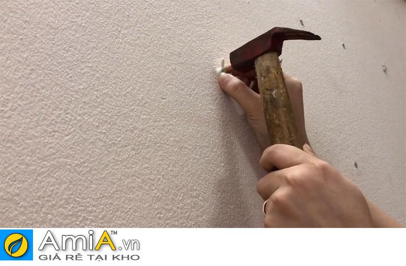Dùng búa đóng đinh 3 chân lên tường bê tông