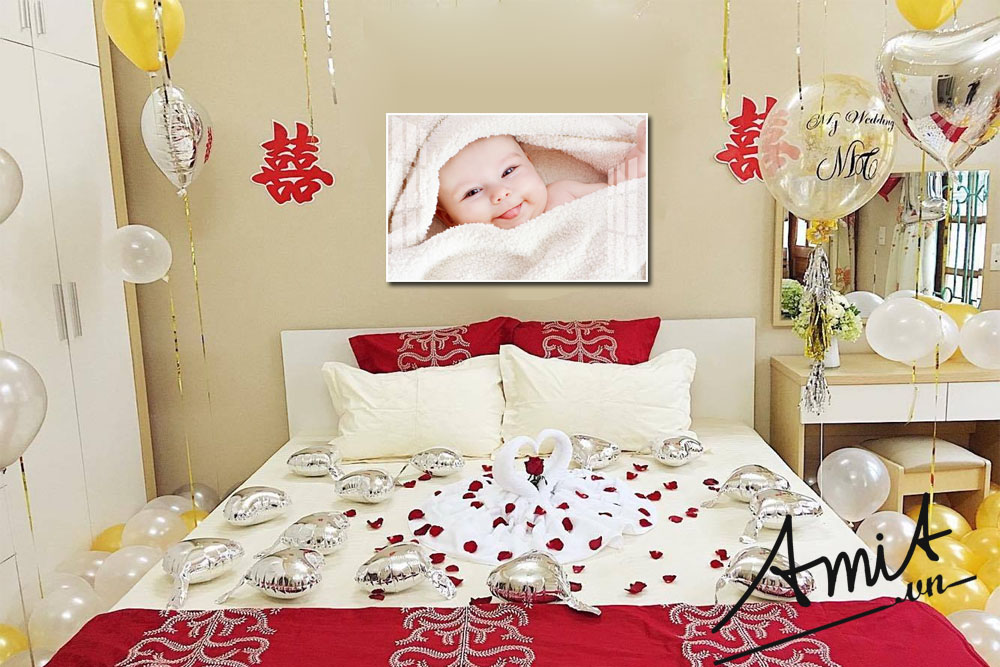 Phòng ngủ vợ chồng son treo tranh em bé để sớm sinh quý tử