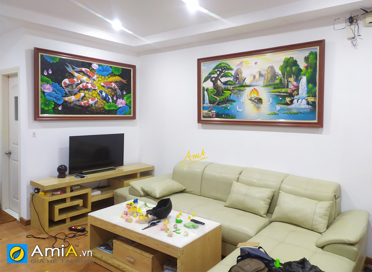 Hình ảnh Combo tranh treo phòng khách đẹp trên tivi và ghế sofa