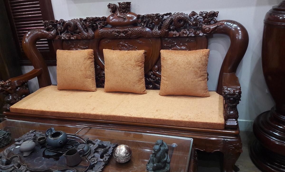 Hình ảnh Bàn ghế gỗ truyền thống có đệm ghế gỗ màu vàng nâu đẹp mắt