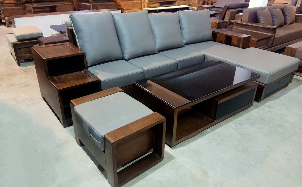 Sofa góc chữ L kê phòng khách có đệm ghế màu xanh nhạt
