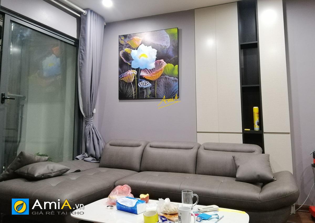 Hình ảnh Tranh hoa sen trắng treo tường chung cư phía trên ghế sofa phòng khách