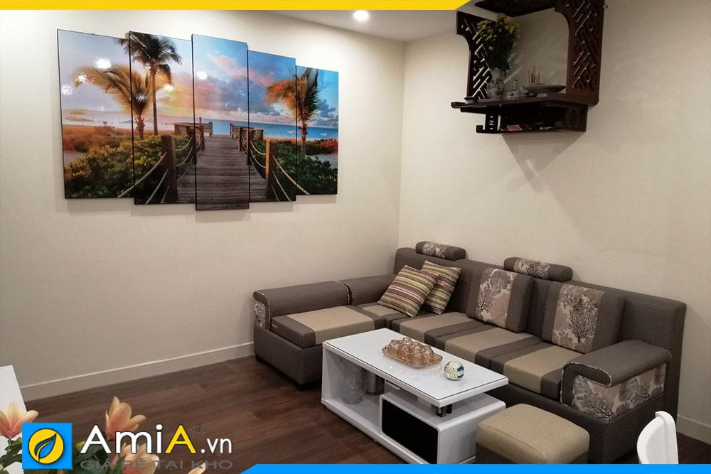 Mẫu tranh phong cảnh cây cầu biển AmiA 1800 được đặt làm khổ lớn trang trí phòng khách rộng. Trang trí vị trí bên cạnh ghế sofa đẹp. Mẫu tranh khi trang trí giúp không gian gia đình thêm sáng hơn, và cũng tạo chiều sâu hơn cho không gian trang trí.