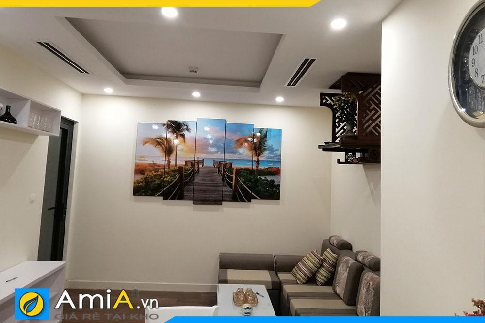 Mẫu tranh được đặt làm khổ lớn dùng để trang trí không gian phòng khách gia đình hiện đại, vị trí không gian trang trí lớn.