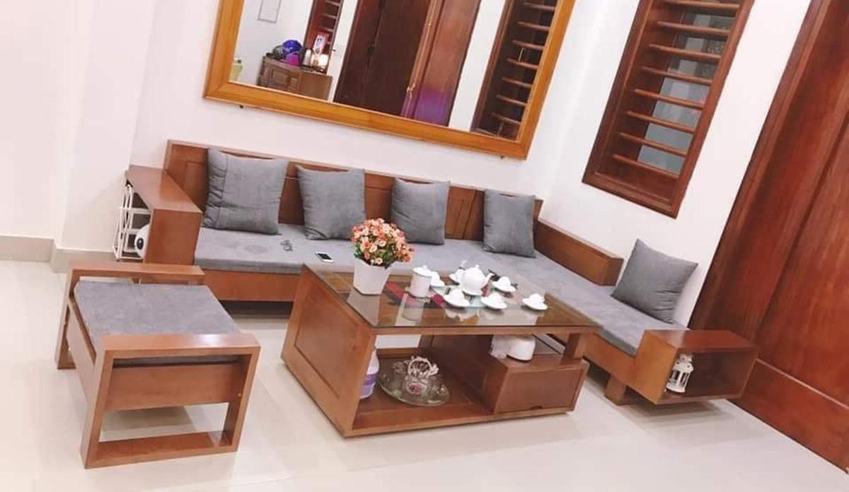 Bàn ghế gỗ Xoan đào kê góc nhà tận dụng không gian