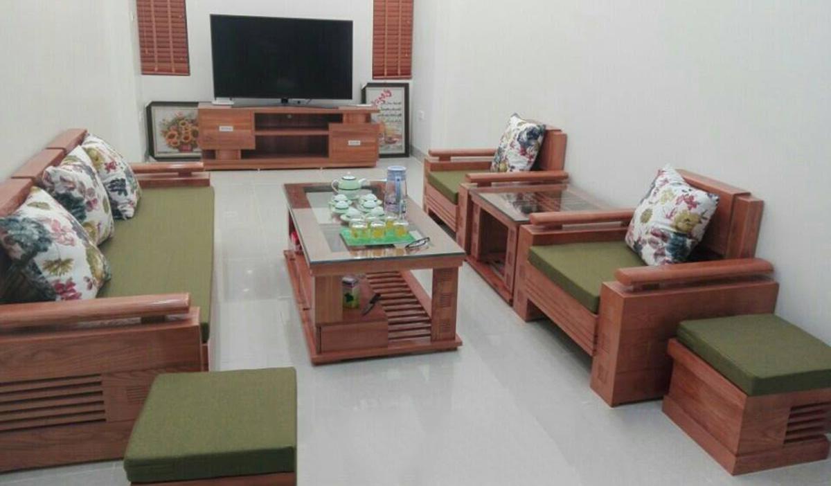 Bộ sofa gỗ văng kết hợp 2 ghế chủ có đệm ghế màu xanh của mệnh Mộc