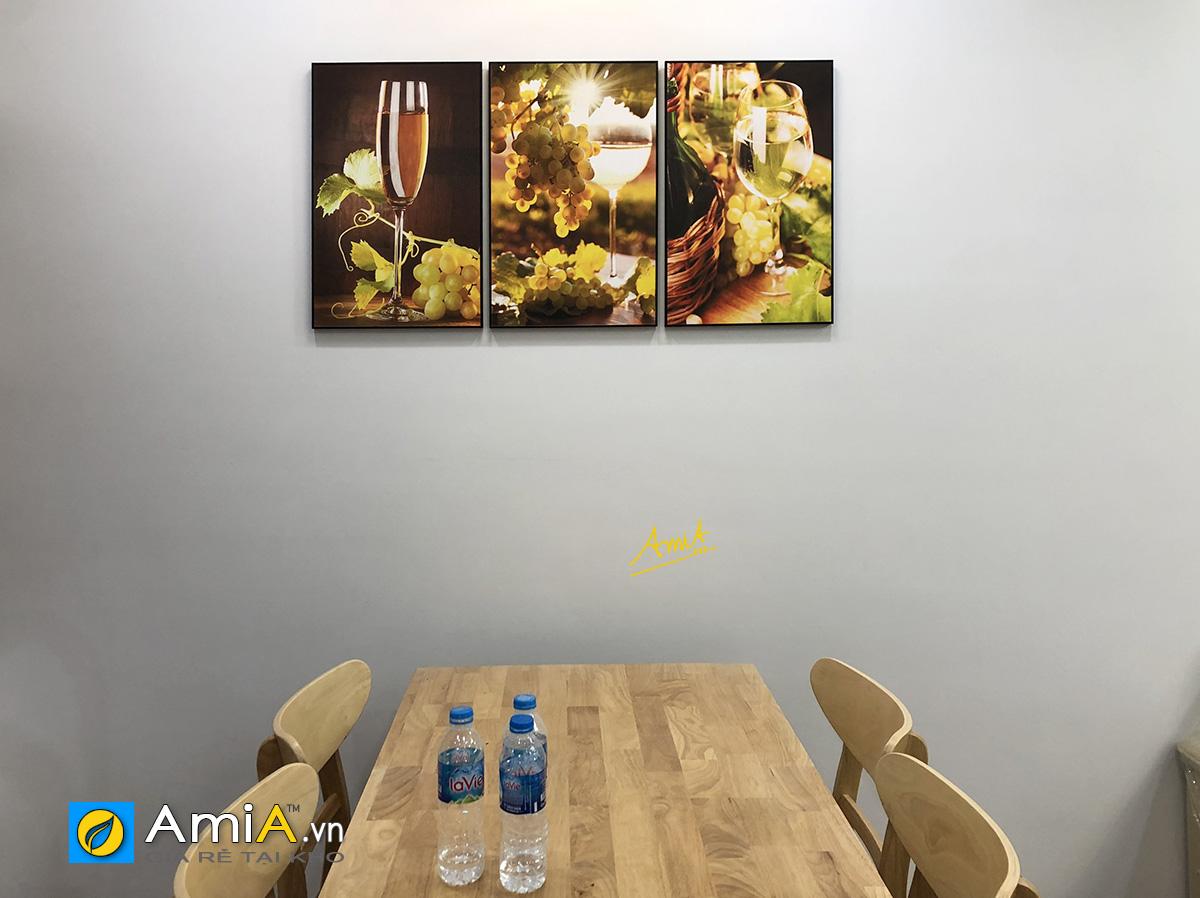 Hình ảnh Bộ tranh rượu vang và chùm nho treo ở khu vực bàn ăn