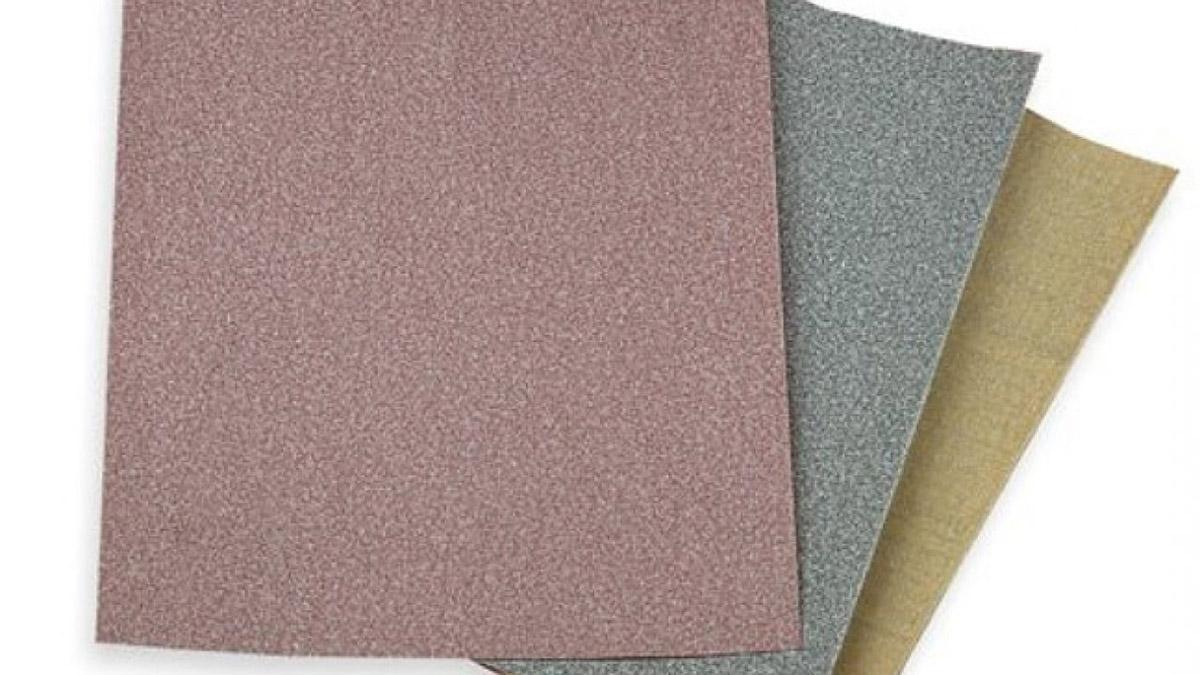 Giấy ráp còn gọi là giấy nhám để chà mịn mặt gỗ