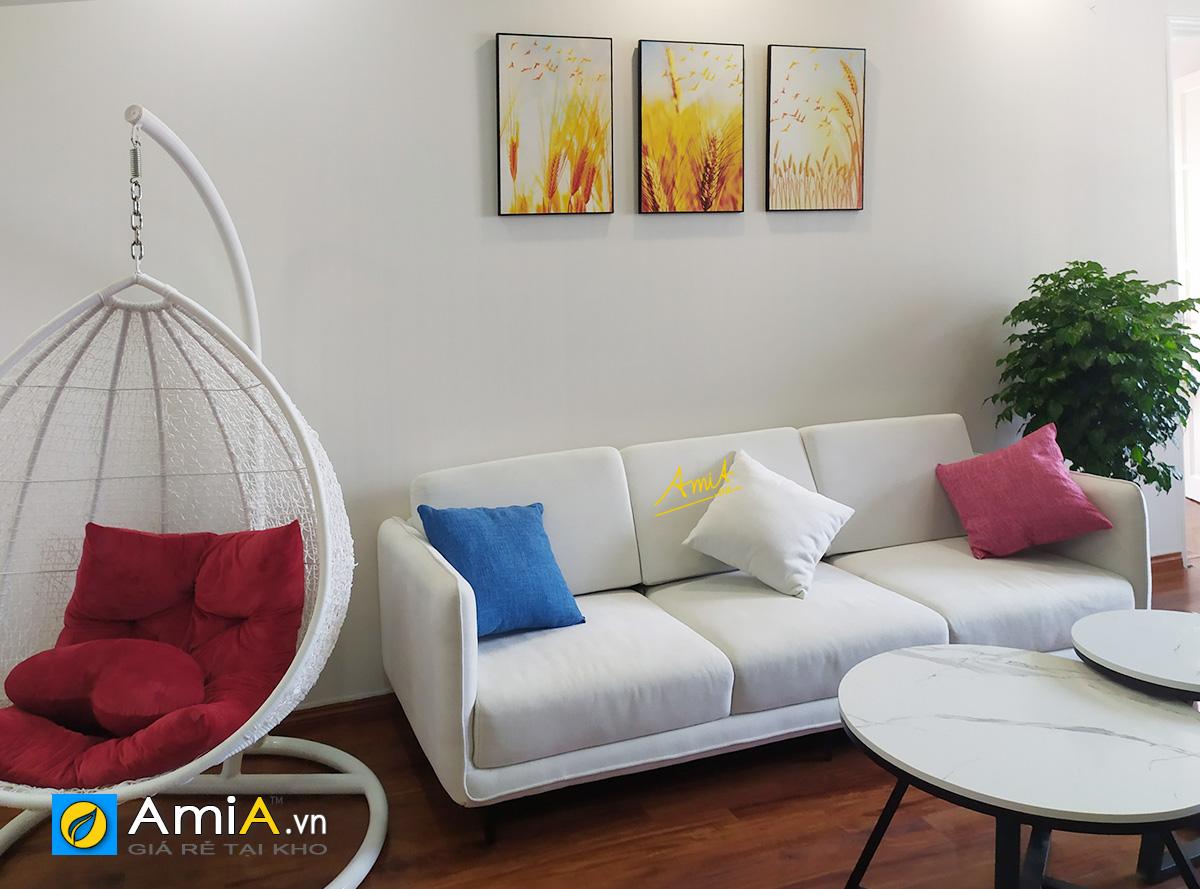 Hình ảnh Tranh đẹp ghép 3 tấm treo trên ghế sofa văng 3 chỗ màu trắng