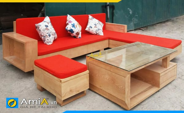 Bộ bàn ghế sofa gỗ có đệm màu đỏ nổi bật tạo điểm nhấn cho phòng khách
