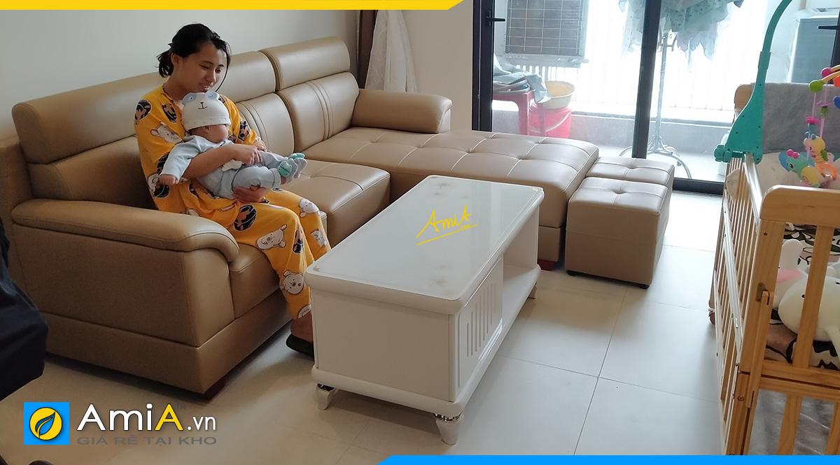 Khách hàng đang ngồi thử bộ ghế sofa khi mới lắp đặt xong tại nhà