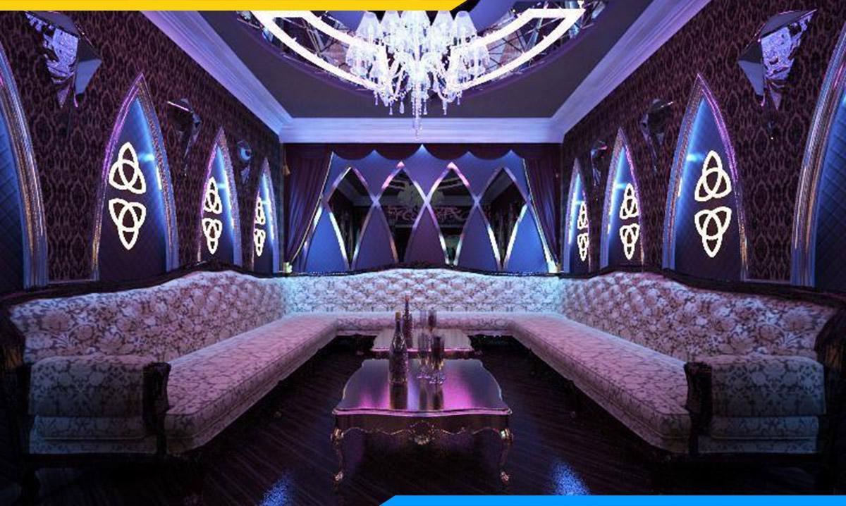 Phòng karaoke được tôn lên vẻ sang trọng nhờ bộ ghế sofa góc tân cổ điển