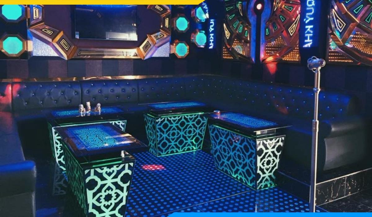 Chất liệu da + phong cách tân cổ điển đã tạo nên 1 sản phẩm sofa karaoke đẹp thu hút khách hàng